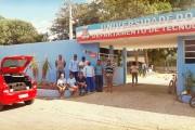 Funcionários de limpeza terceirizados da Universidade Estadual da Bahia (UNEB) protestam em frente ao campus da universidade em Juazeiro